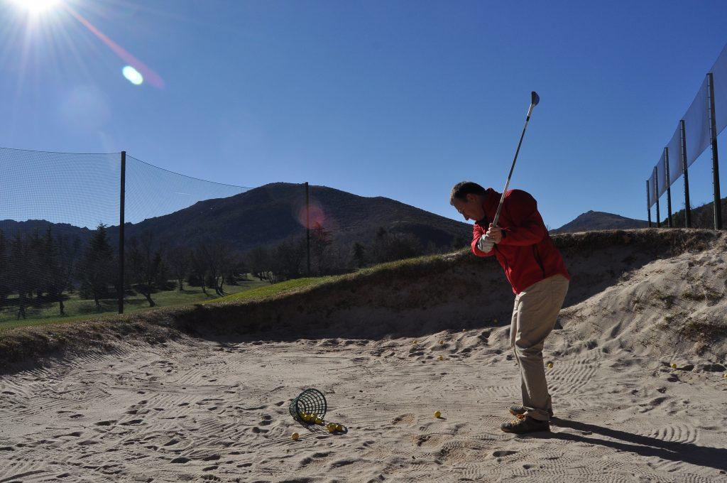Mateo jugando al golf